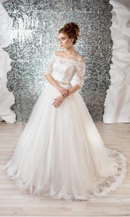 Роскошное свадебное платье с кружевным портретным декольте и объемной юбкой со шлейфом.