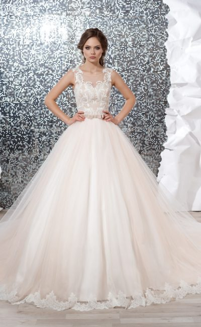 Персиковое свадебное платье с многослойной юбкой и кружевной отделкой корсета.