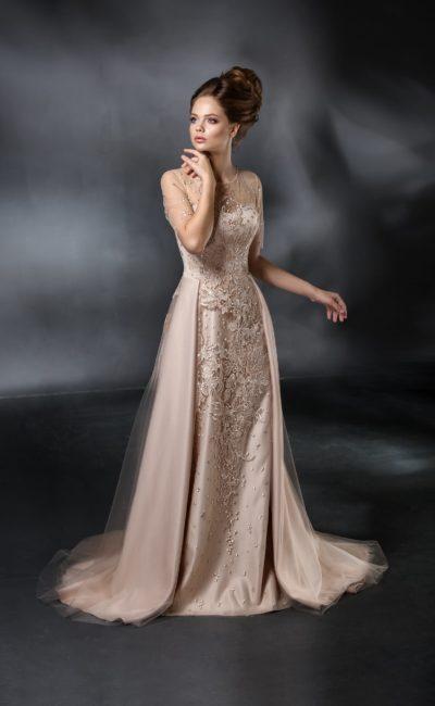 Кремовое свадебное платье прямого кроя с потрясающей объемной вышивкой по всей длине.