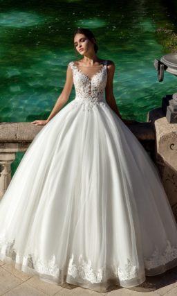 Классическое свадебное платье пышного кроя с фактурным декором тонкого верха.