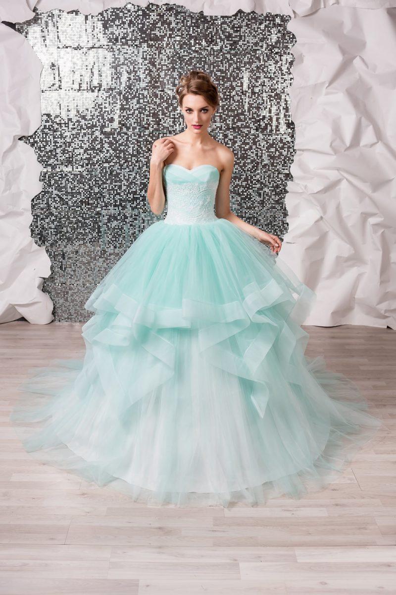 Пышное свадебное платье мятного оттенка с многоярусной юбкой и открытым лифом.