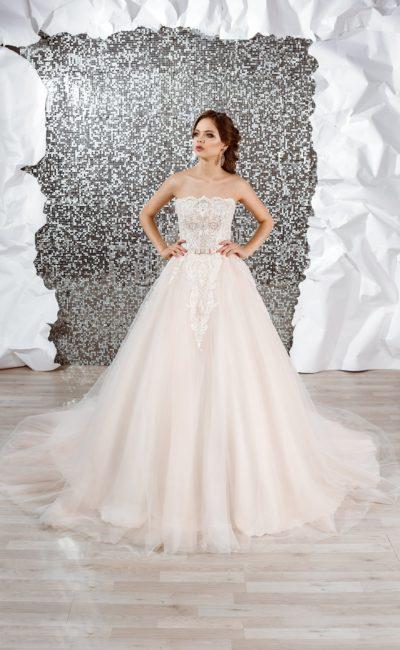 Деликатное пышное свадебное платье розового цвета с эффектным кружевом по корсету.