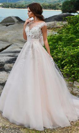 Свадебное платье с нежным кружевным верхом и широким поясом на талии.