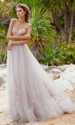 Утонченное свадебное платье с многослойной юбкой и розовыми аппликациями на лифе.
