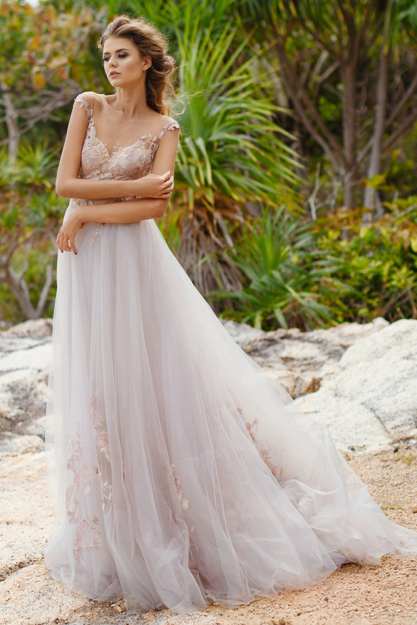 ba35e3658ff Утонченное свадебное платье с многослойной юбкой и розовыми аппликациями на  лифе.