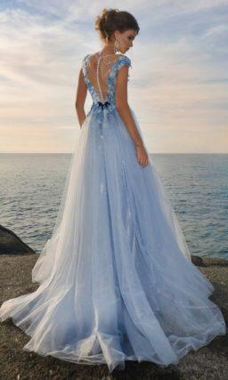 Голубое свадебное платье прямого кроя с головокружительным разрезом на юбке.
