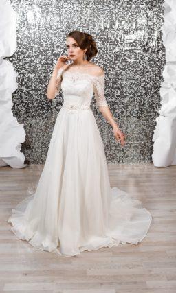 Воздушное свадебное платье с кружевным портретным декольте и рукавами до локтя.