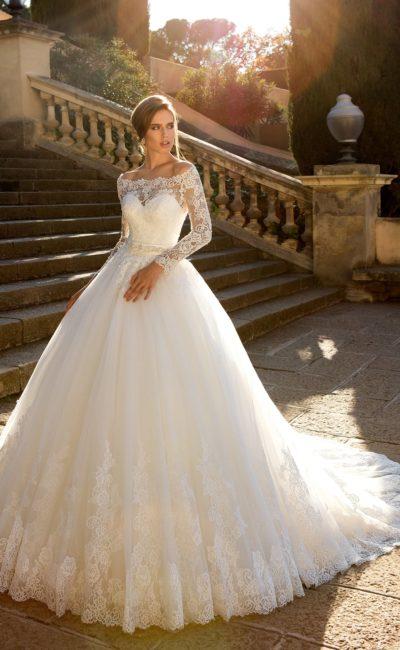 Шикарное свадебное платье с портретным декольте и эффектным кружевным декором по всей длине.