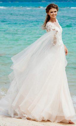 Кремовое свадебное платье «принцесса» с длинным рукавом и белой отделкой.