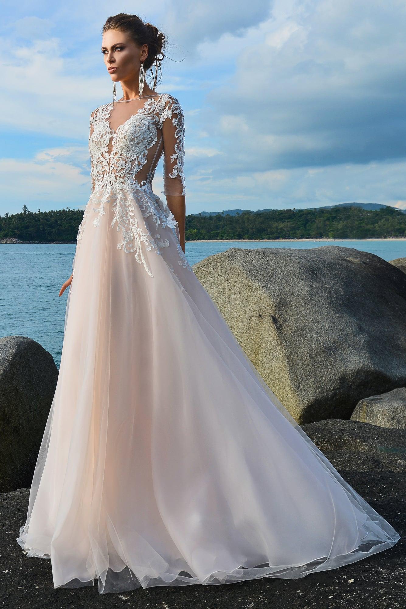 9476bd14e4b0688 Кремовое свадебное платье «принцесса» с длинным рукавом и белой отделкой.