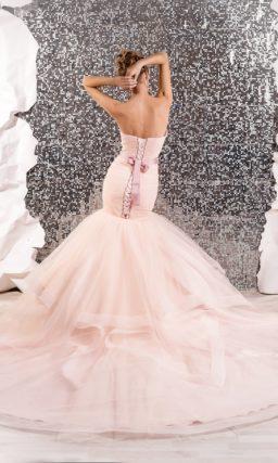 Розовое свадебное платье с подчеркнуто пышной юбкой «рыбка» и бисерным декором пояса.