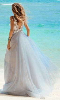 Дымчатое свадебное платье с шифоновым низом и V-образным декольте.
