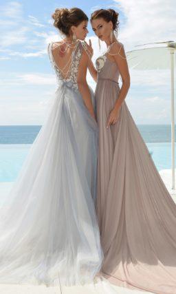 Свадебное платье дымчато-розового цвета с прямой юбкой, дополненной шлейфом.