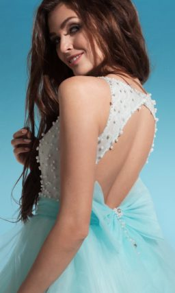 Свадебное платье с короткой многослойной юбкой голубого цвета и бусинами на лифе.