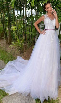 Пышное свадебное платье с асимметричной бретелью и бордовым поясом на талии.