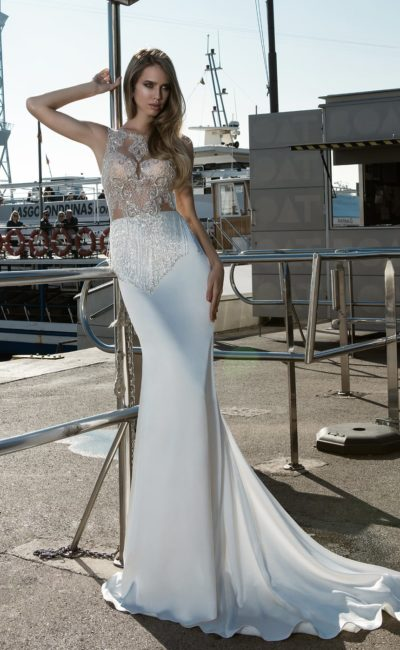 Изысканное свадебное платье облегающего кроя со сверкающим полупрозрачным верхом.