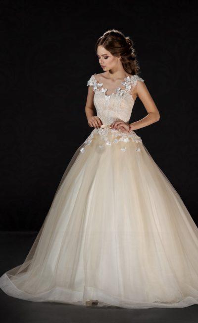 Золотистое свадебное платье пышного кроя с V-образным вырезом и объемной отделкой.