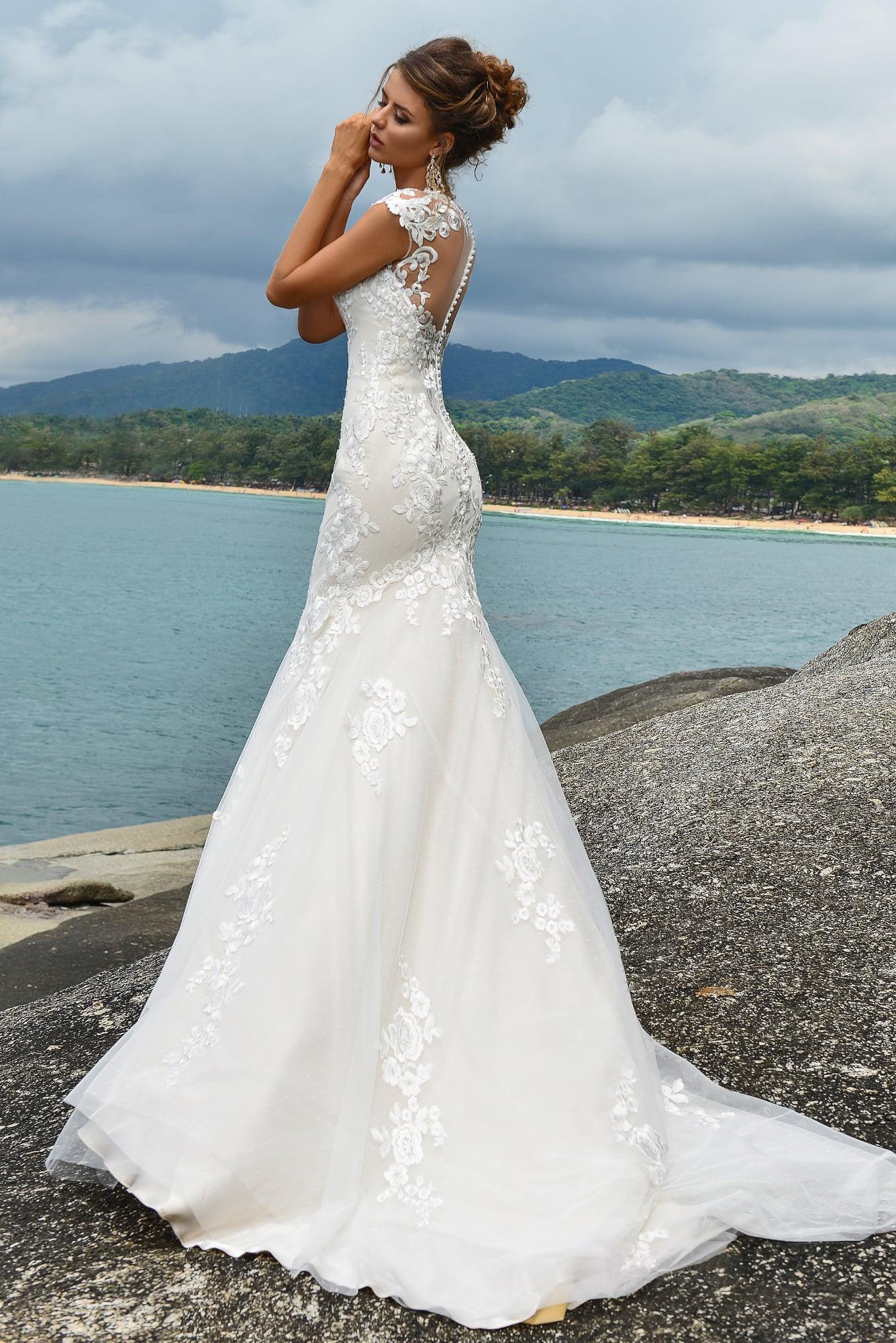 Кружевное свадебное платье «русалка» с вырезом под горло и шикарным шлейфом.