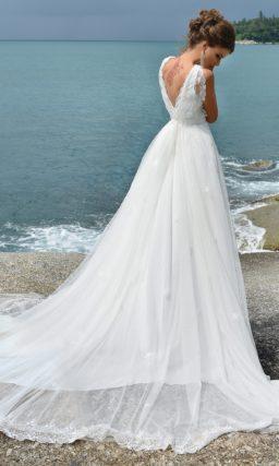 Свадебное платье «принцесса» с изящным шлейфом и V-образным вырезом декольте.