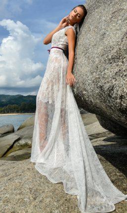Кружевное свадебное платье прямого кроя, дополненное узким цветным поясом.