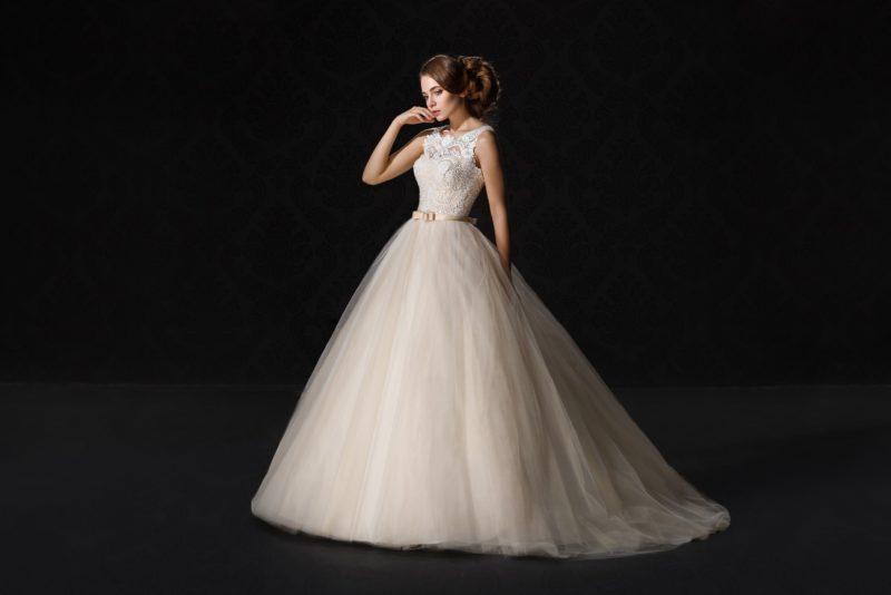 Свадебное платье персикового цвета с пышной юбкой и нежным кружевным лифом.