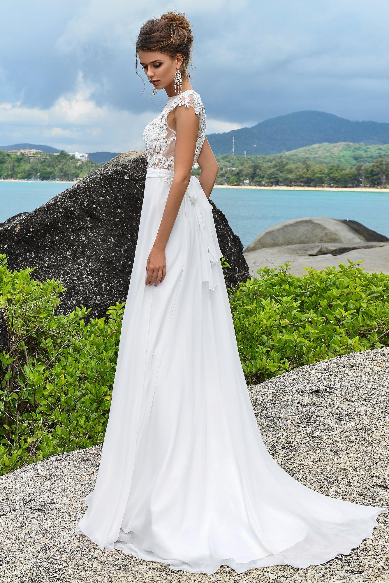Прямое свадебное платье с прозрачным закрытым лифом, украшенным кружевом.