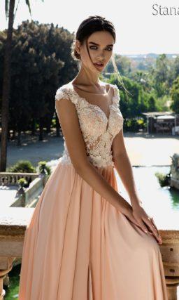 Романтичное свадебное платье с прямой бежевой юбкой и ажурным верхом с коротким рукавом.