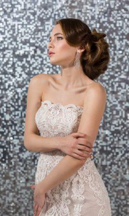 Розовое свадебное платье «рыбка» с открытым прямым декольте и белым кружевом.