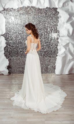 Элегантное свадебное платье прямого кроя с очаровательным шлейфом и кружевным верхом.
