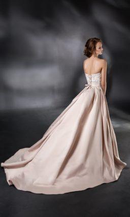 Розовое свадебное платье с роскошной атласной юбкой и открытым корсетом с кружевом.