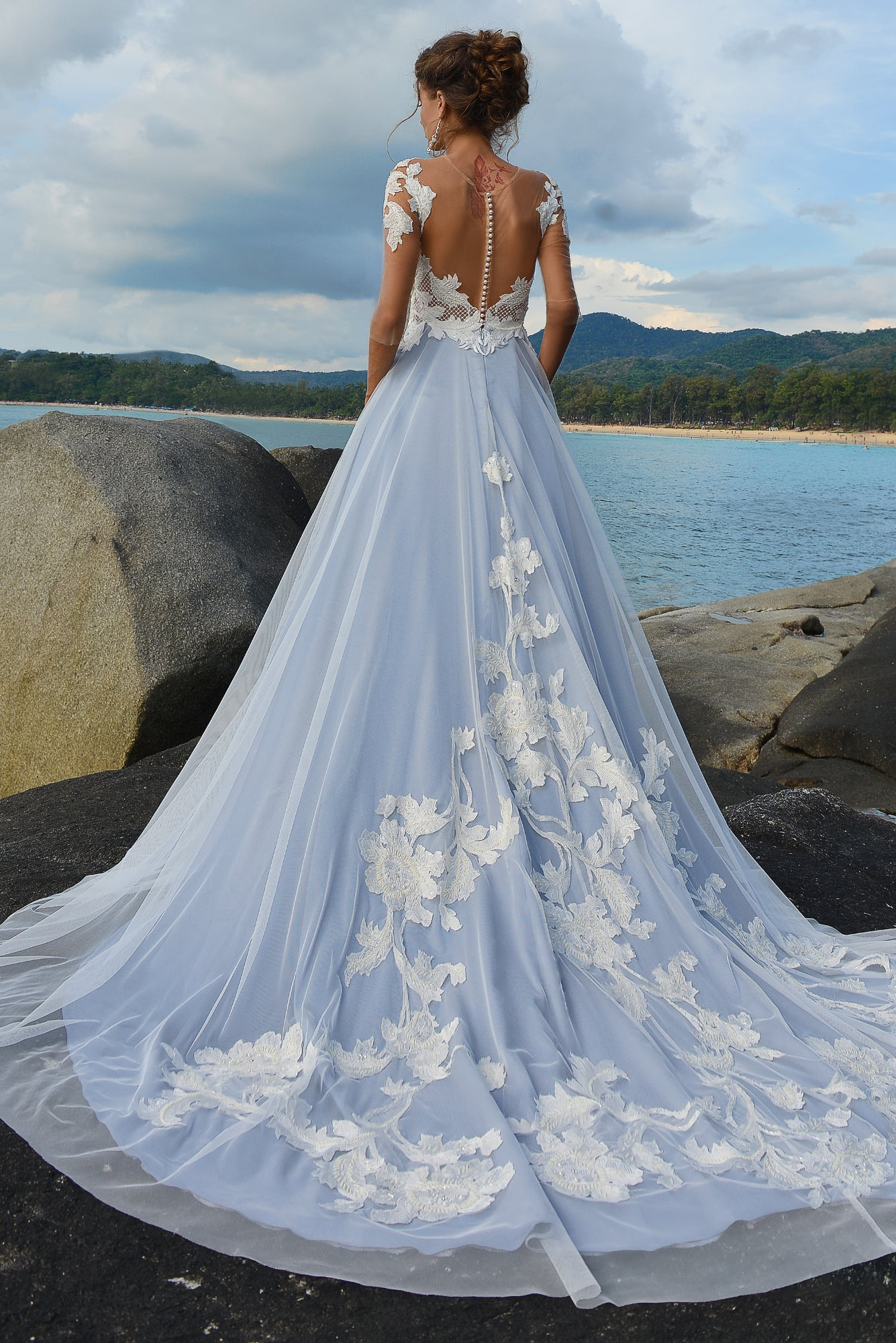 Свадебное платье с серо-голубой юбкой и изящным белым лифом с длинным рукавом.