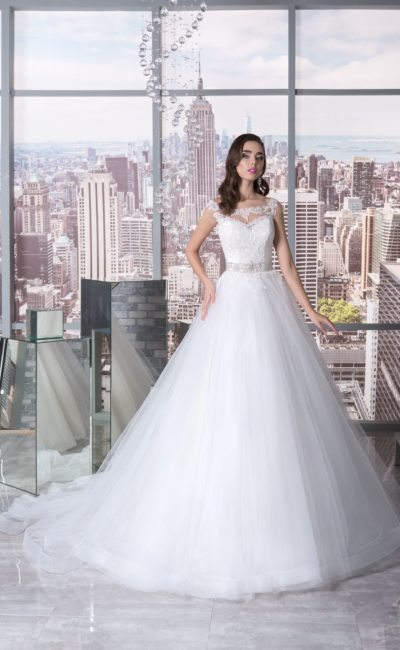 Пышное свадебное платье с кружевным округлым вырезом и широким поясом из бисера.