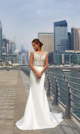 Облегающее свадебное платье с полупрозрачным верхом с вырезом «бато» и изящным шлейфом.