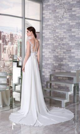 Прямое свадебное платье с корсетом пудрового цвета и белоснежной юбкой со шлейфом.