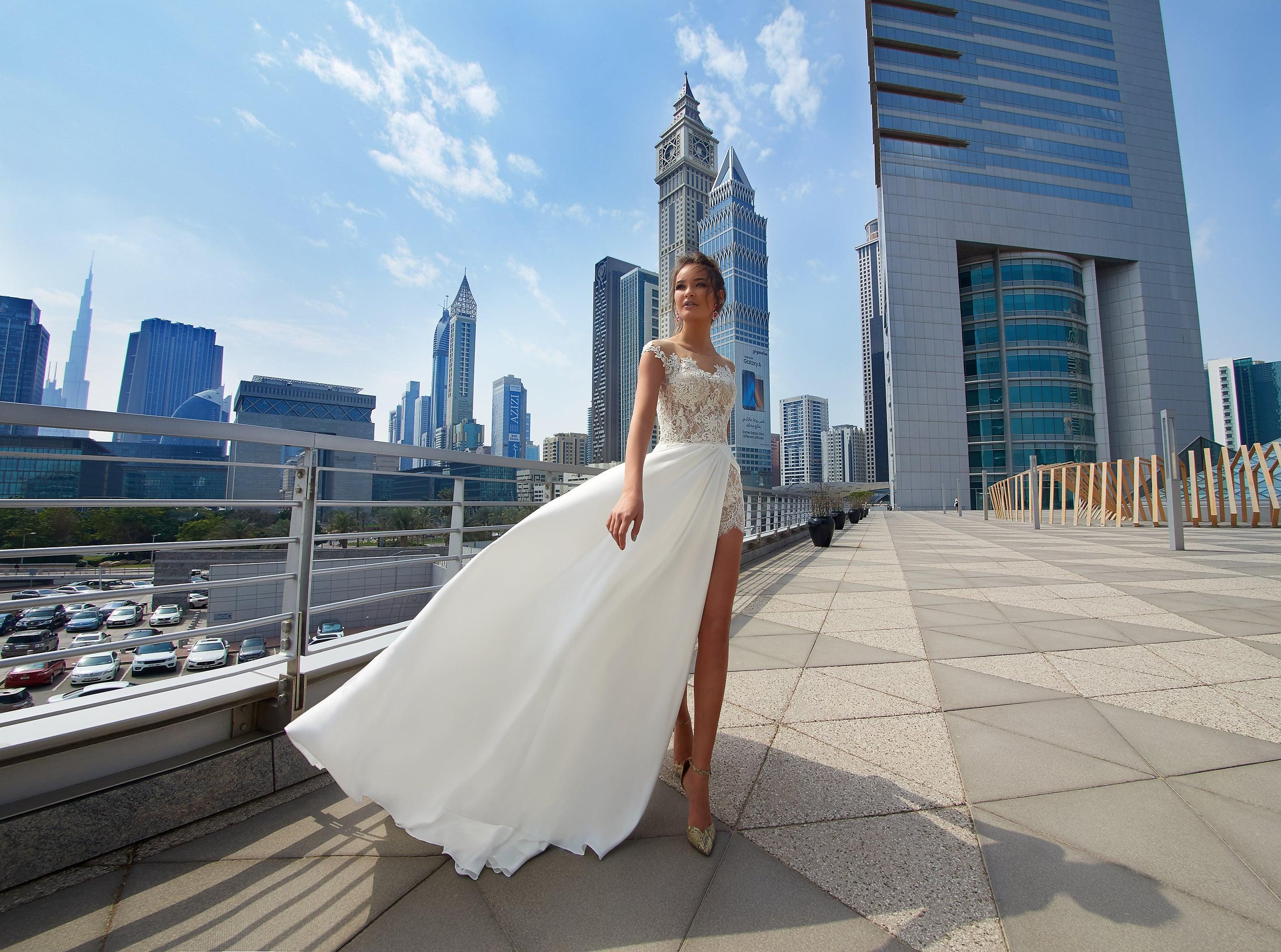 Прямое свадебное платье с разрезом сбоку и открытым кружевным лифом.