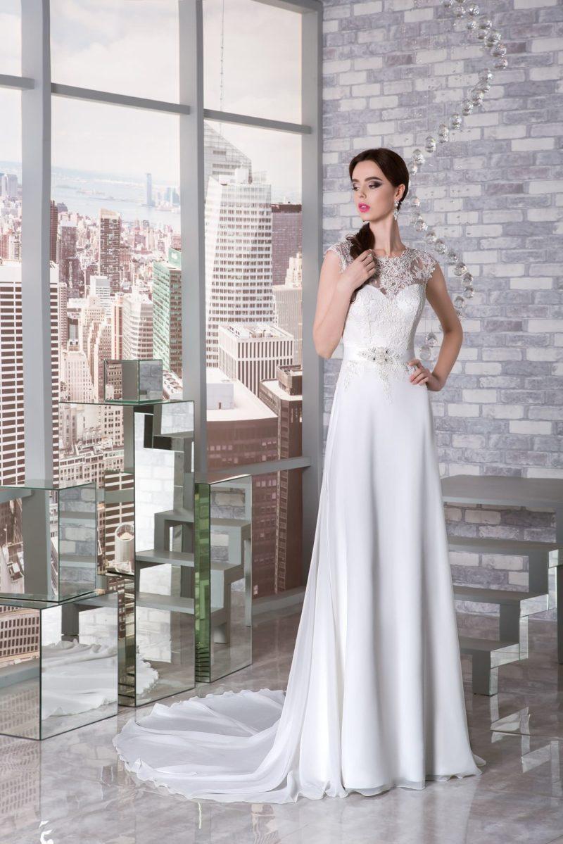 Прямое свадебное платье с округлым вырезом, коротким рукавом и длинным шлейфом.