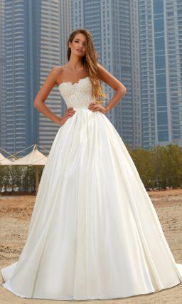 Пышное свадебное платье с кружевным корсетом и атласной юбкой.