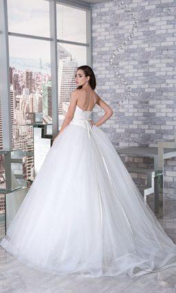 Торжественное свадебное платье с кружевным рукавом до локтя и узким поясом на талии.