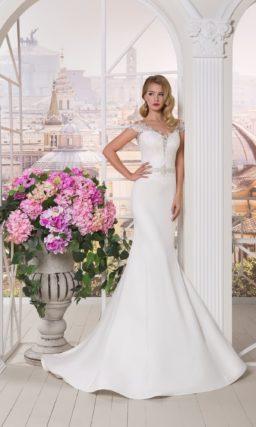 Изысканное свадебное платье «русалка» с глубоким декольте, оформленным аппликациями.