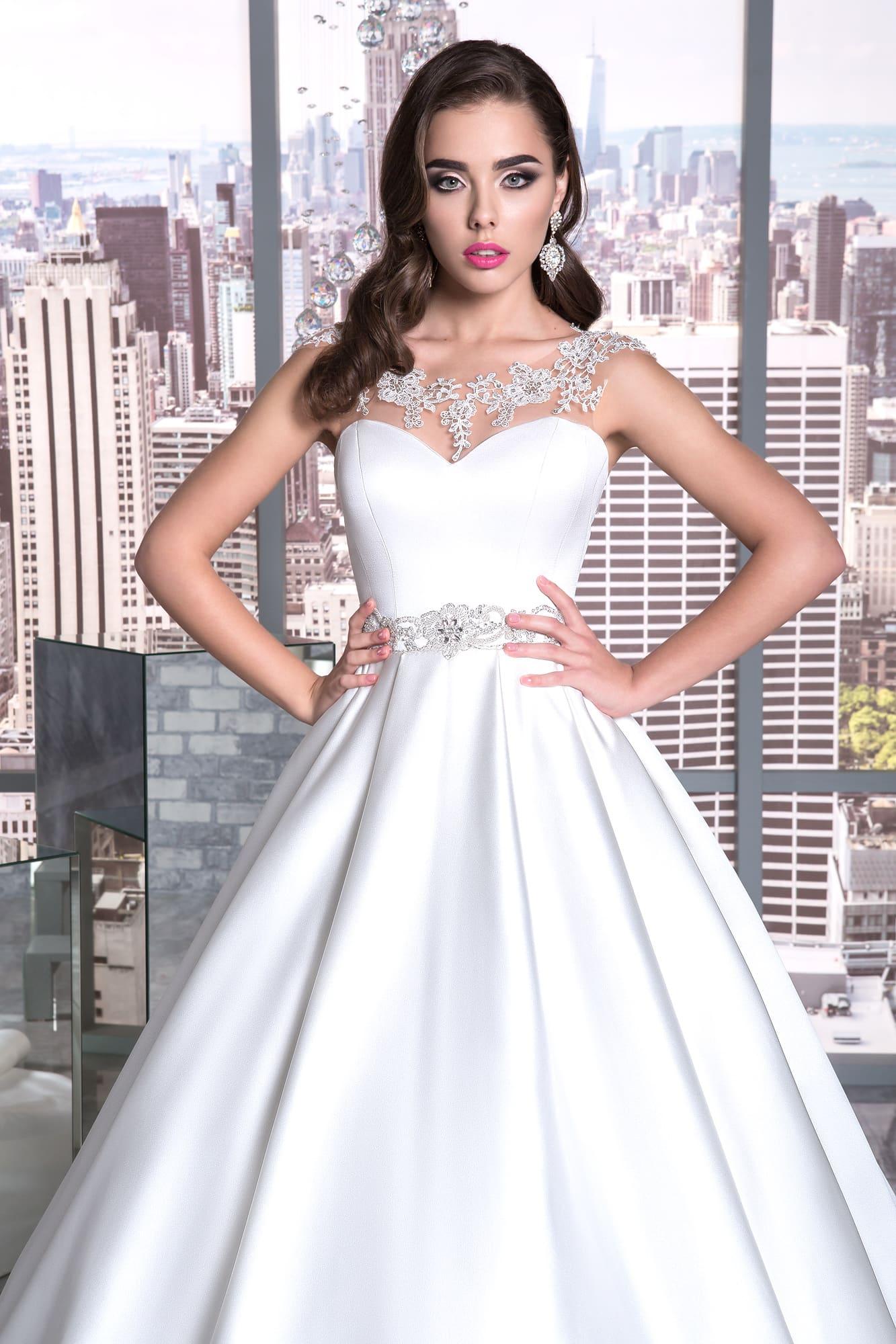 Атласное свадебное платье «принцесса» с кружевной отделкой над лифом в форме сердца.