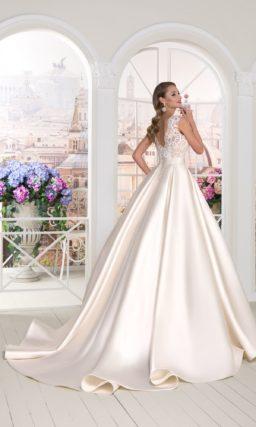 Свадебное платье с объемной атласной юбкой и кружевным верхом с пудровой подкладкой.
