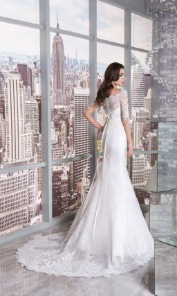 Кружевное свадебное платье облегающего кроя с элегантными полупрозрачными рукавами.