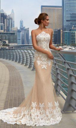 Бежевое свадебное платье с фигурным кружевным лифом и облегающей юбкой «русалка» со шлейфом.