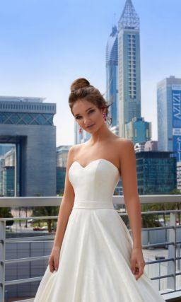 Открытое свадебное платье с лифом в форме сердца и потрясающей юбкой со шлейфом.