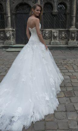 Открытое свадебное платье с деликатной вышивкой по лифу и аппликациями на юбке.