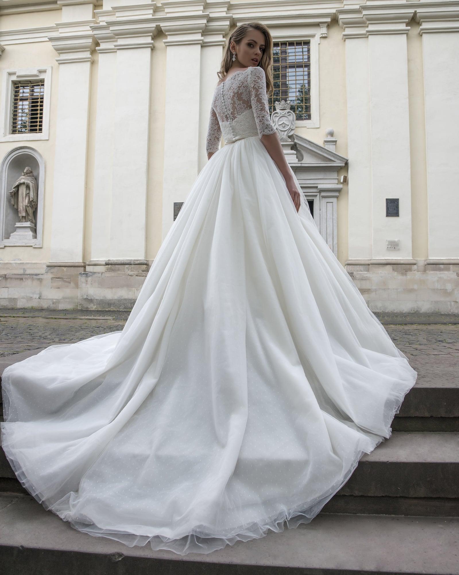 Деликатное свадебное платье «принцесса» с рукавами до локтя и узким поясом на талии.