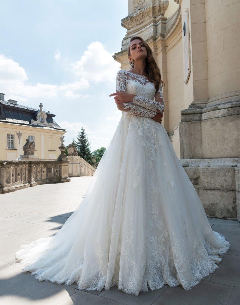 Воздушное свадебное платье А-силуэта, покрытое крупным эффектным кружевным декором.