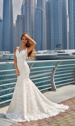 Облегающее свадебное платье с кружевным декором по всей длине и силуэтом «русалка».