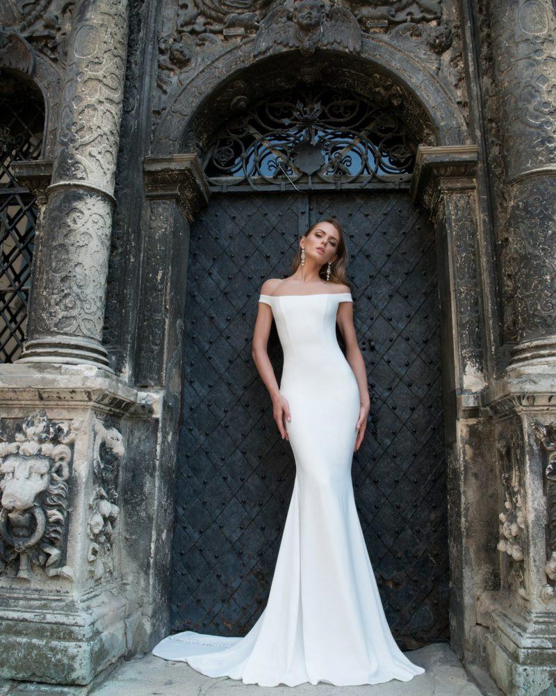 Атласное свадебное платье с эффектным облегающим силуэтом и прямой линией выреза.