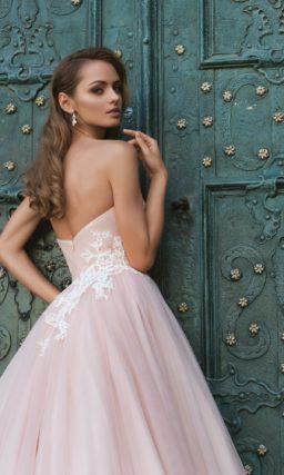 Романтичное свадебное платье розового цвета с многослойной юбкой с длинным шлейфом.